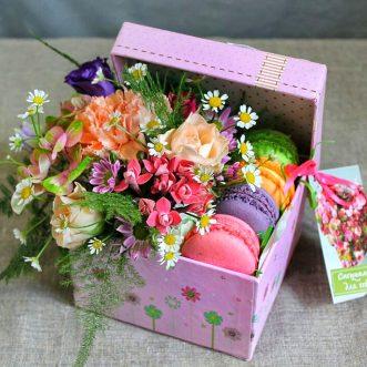 4 макаруна с цветами
