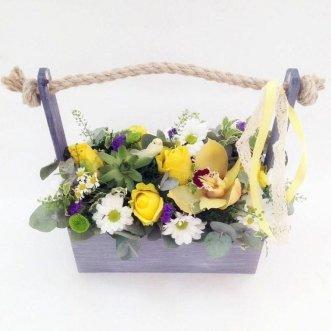 Орхидеи и хризантемы в ящичке