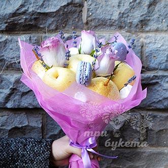 Букет из макарун и роз